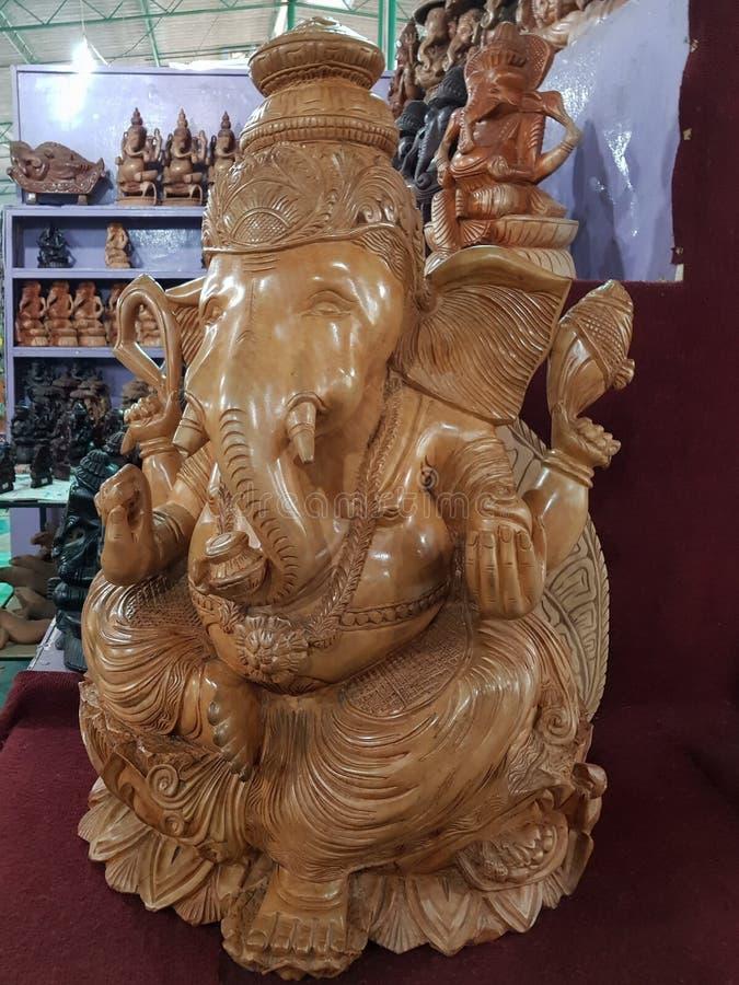 Bentota Sri Lanka - Maj 04, 2018: Trästatyn av det Ganesh Hindu God elefanthuvudet i en souvenir shoppar arkivbild