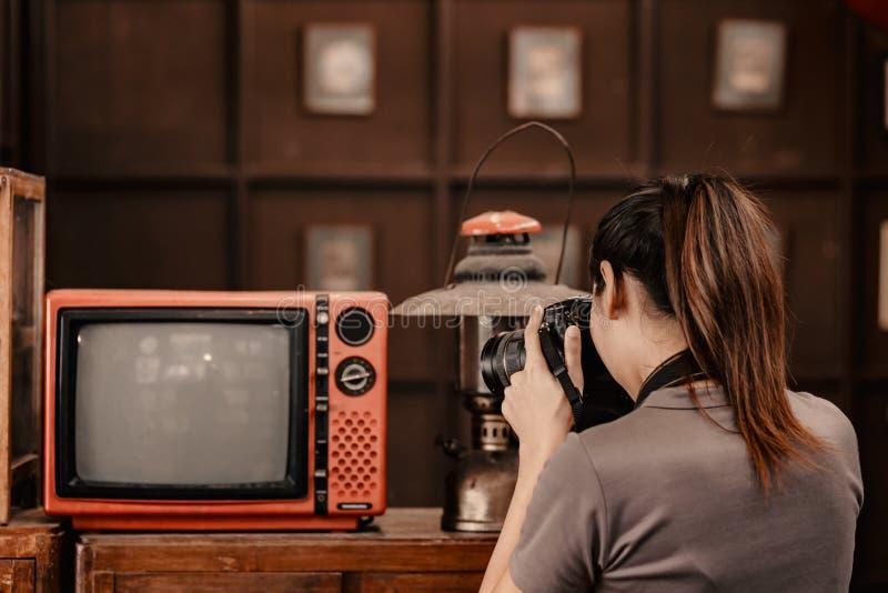Benutzen Frauen Kamera, um Schuss zwischen Reise zu nehmen lizenzfreie stockfotografie