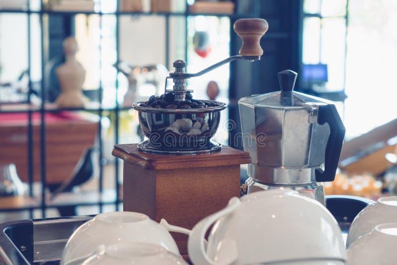 Benutzen Sie eine Kaffeemühlehandkurbel stockfotos