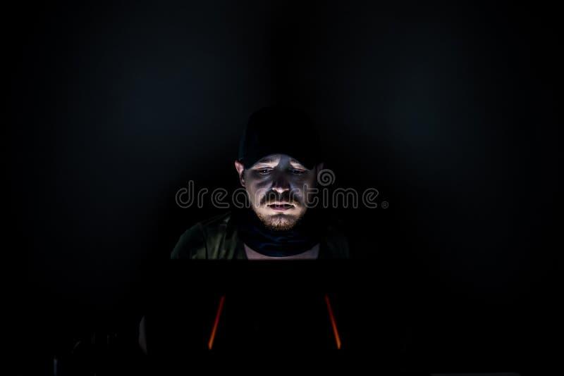 Benutzer das Internet in der Dunkelheit lizenzfreies stockbild