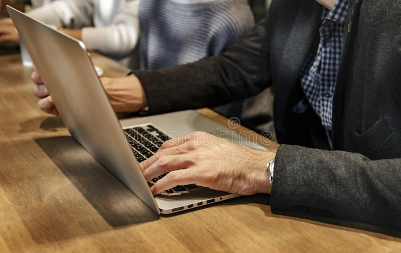 Benutzer mit grauem Laptop-Computer lizenzfreies stockbild