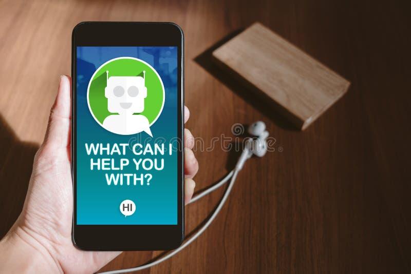 Benutzerhand, die das bewegliche Plaudern mit Chat Bot auf Telefonschirm hält lizenzfreie stockbilder