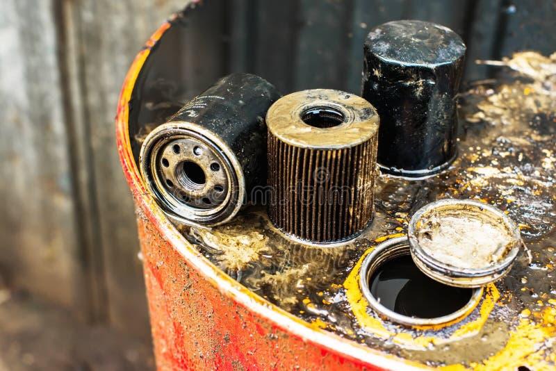Benutzte Ölfilter für niedrige Schärfentiefe stockfotos
