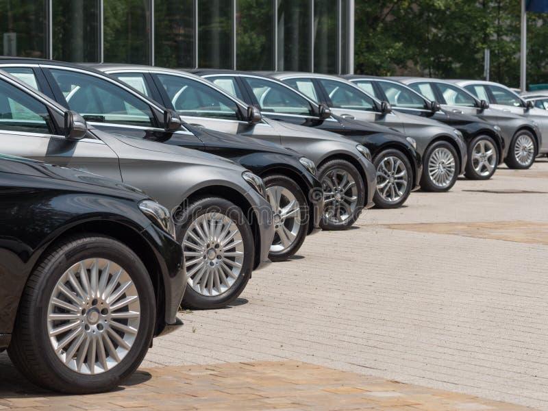 Benutzte Autos für Verkauf stockbild