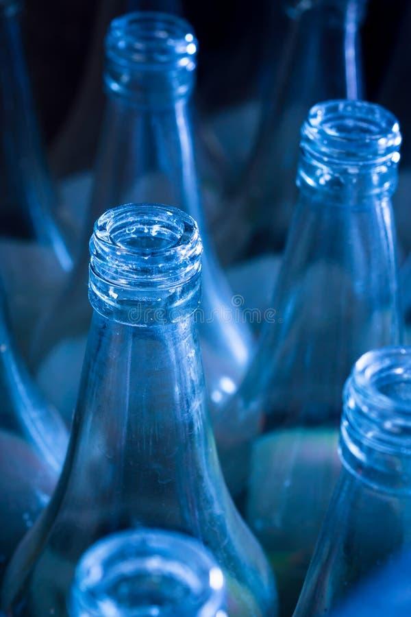 Benutzte Flaschen, die auf Wiederverwendung warten stockbilder
