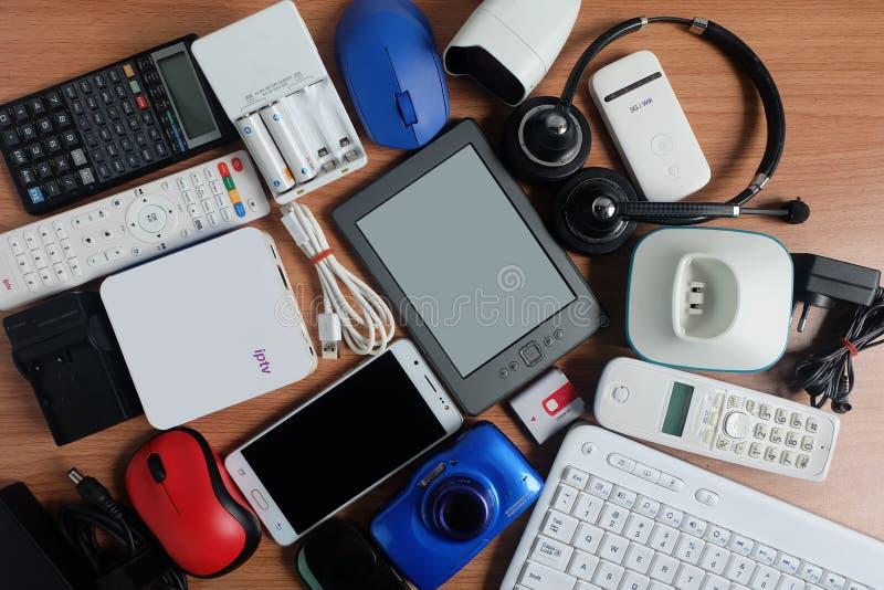 Benutzte moderne elektronische Geräte für Alltagsgebrauch auf Bretterboden, Wiederverwendung und bereiten Konzept auf stockbild