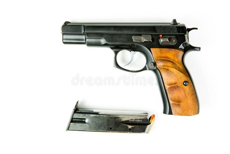 Benutzte schwarze halb automatische Pistole und geriebene Zeitschrift lizenzfreies stockbild