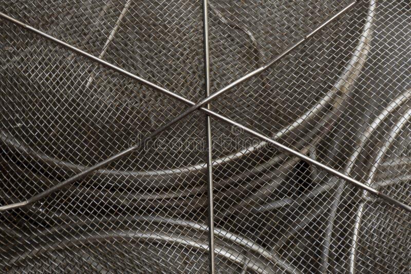 Benutzter Stahlmaschendrahtfilter Mitte in den scharfen Fokus- und Oberflächenkurven lizenzfreie stockfotos