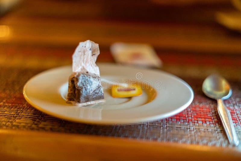 Benutzter Teebeutel auf einer leeren Platte N?hren Sie Konzept lizenzfreies stockfoto