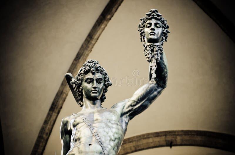 Benvenuto Cellini staty av Perseus som rymmer huvudet av medusaen i Florence Italy arkivfoto