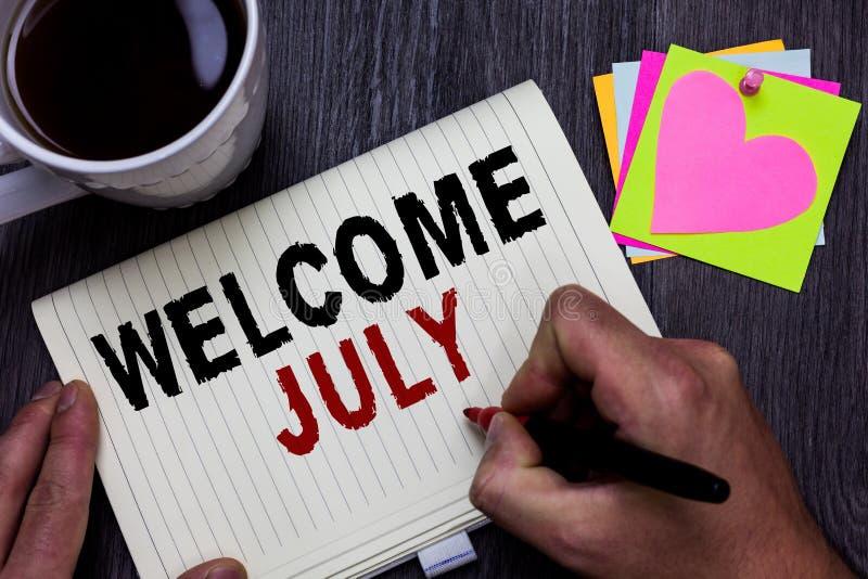 Benvenuto concettuale luglio di rappresentazione di scrittura della mano Holdi dell'uomo di stagione del terzo trimestre di mese  fotografie stock libere da diritti