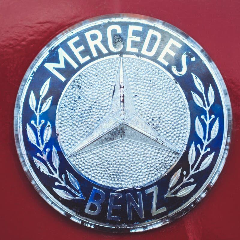 Benz της Mercedes εικονιδίων κόκκινο παλαιό σε έναν αναδρομικό υποβάθρου Λευκορωσία, Gomel στοκ φωτογραφία με δικαίωμα ελεύθερης χρήσης
