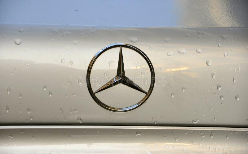 Benz της Mercedes λογότυπο εμπορικών σημάτων στοκ φωτογραφία με δικαίωμα ελεύθερης χρήσης