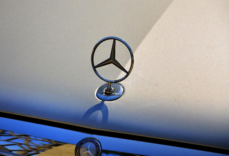 Benz της Mercedes λογότυπο στοκ φωτογραφία με δικαίωμα ελεύθερης χρήσης