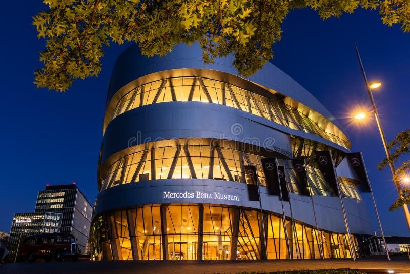 Benz της Mercedes μουσείο στη Στουτγάρδη, Γερμανία, τη νύχτα στοκ εικόνες