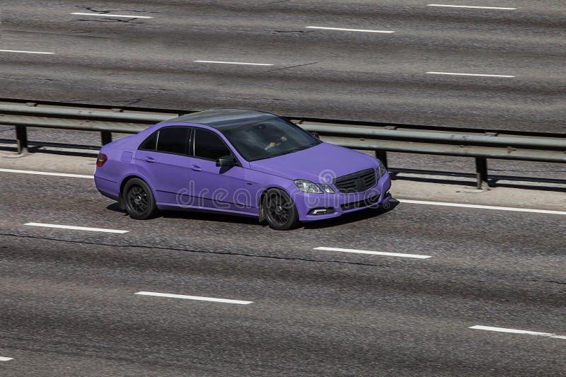 Benz Мерседес настраивая голубой быстро проходить на пустом шоссе стоковые фото