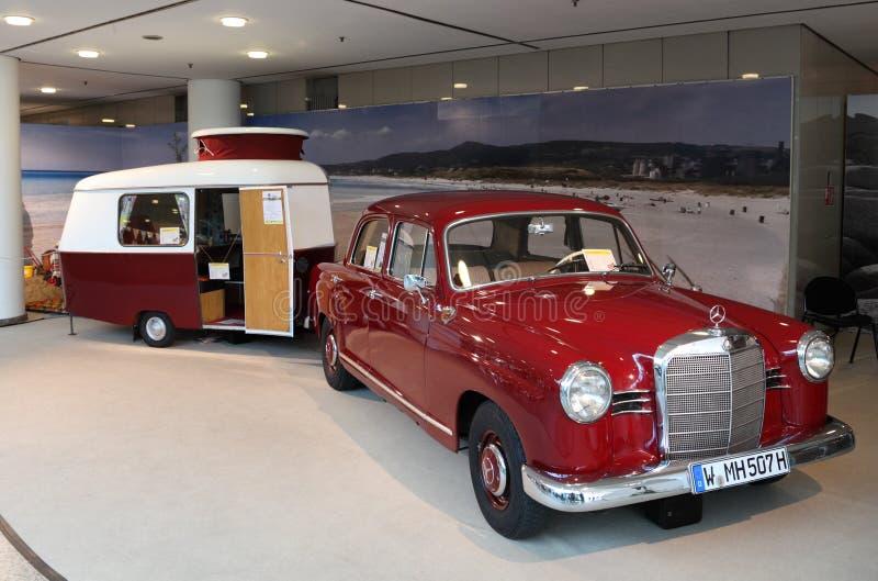 Benz W120 de Mercedes com caravana fotos de stock royalty free