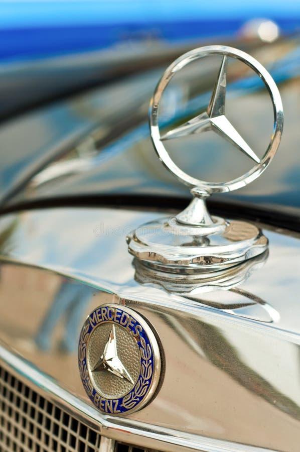 Benzembleem van Mercedes stock afbeeldingen