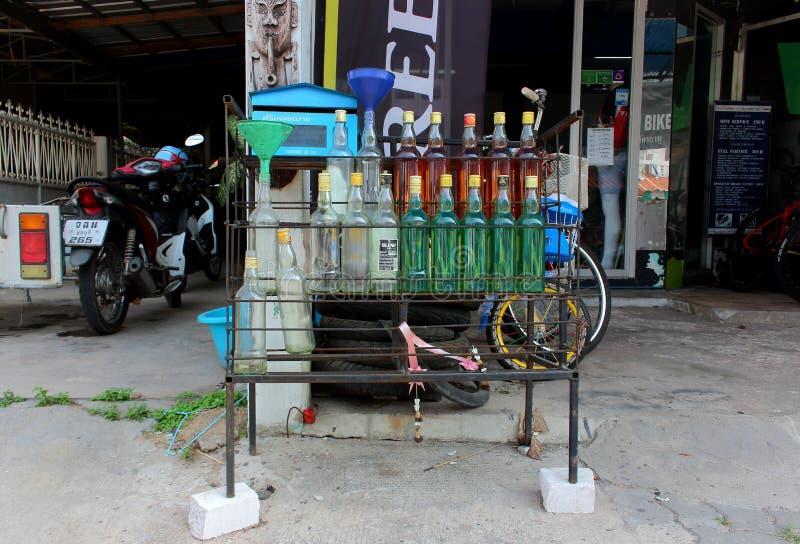 Benzin, das in den Flaschen verkauft stockfotos