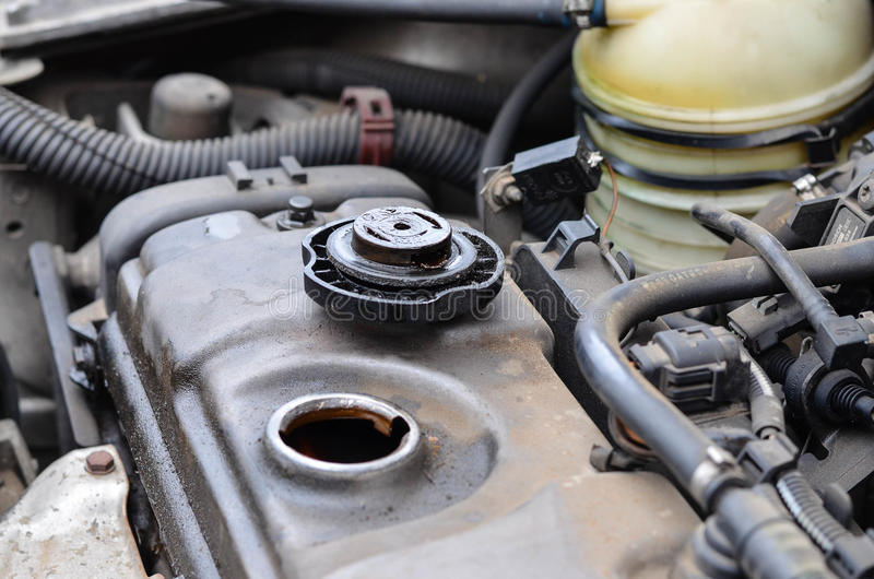 Benzin getankter Kraftfahrzeugmotor lizenzfreies stockbild