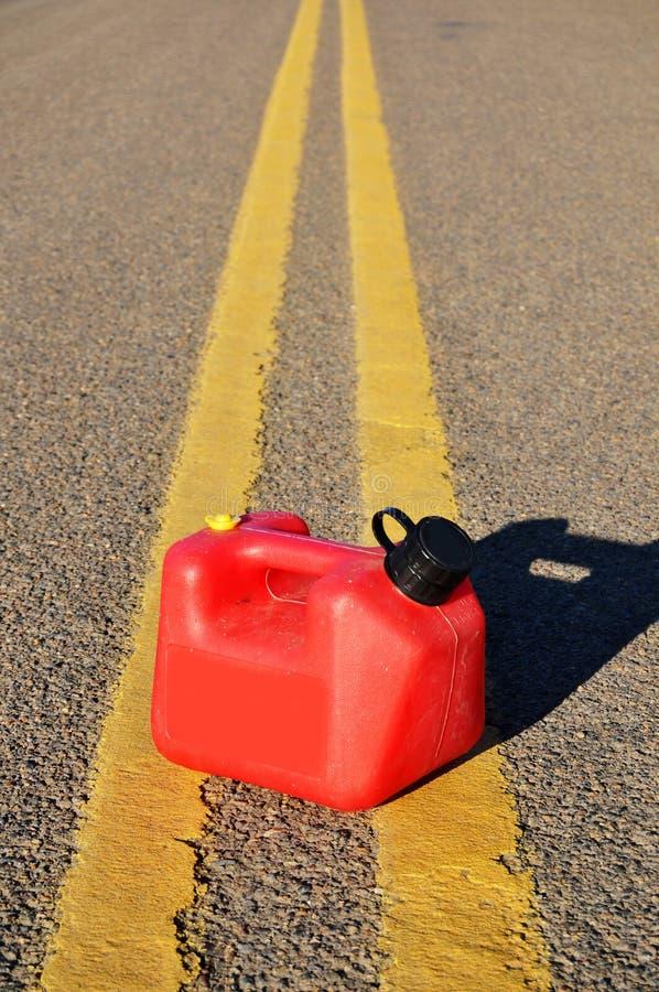 Benzin kann auf Straße lizenzfreie stockfotos