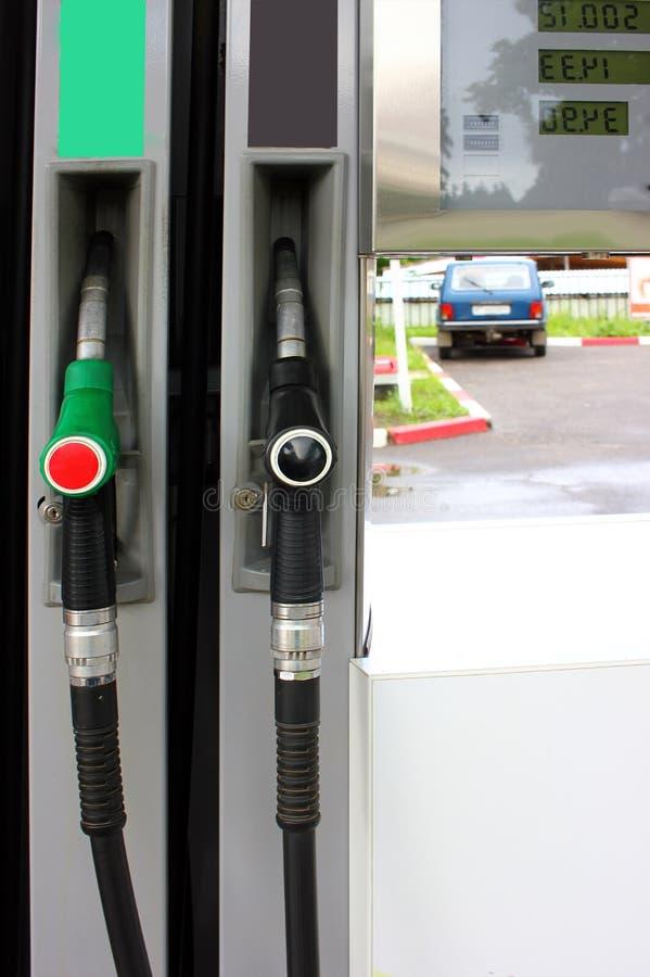 Benzin- und Diesel-Tanksäule-Düsen an der Tankstelle stockfoto