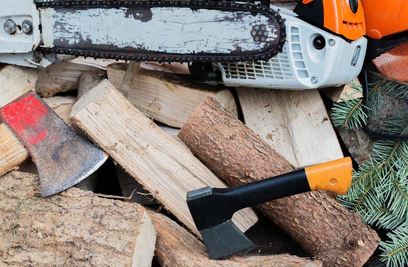 Benzine gedreven kettingzaag op een houten stapel stock afbeeldingen