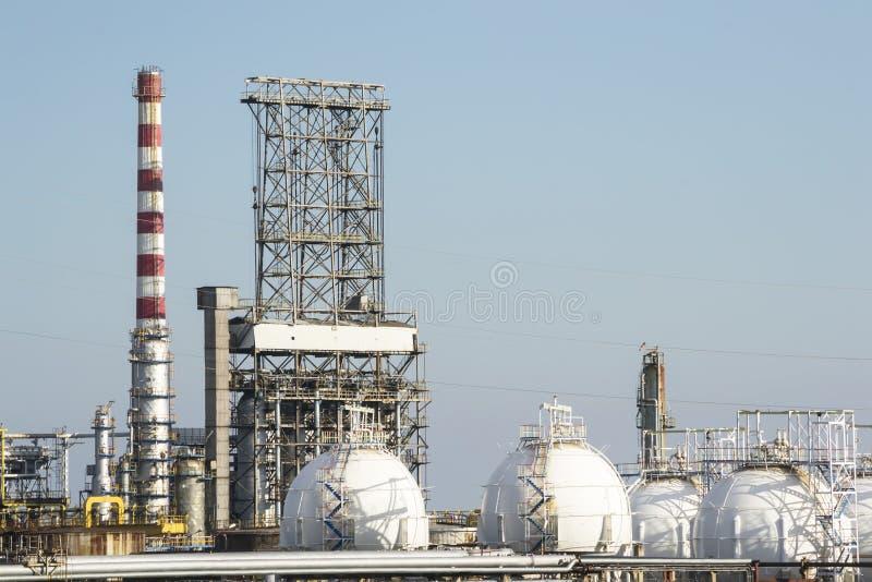 Benzinedistilleerderij en aardgasreservoirs stock foto's