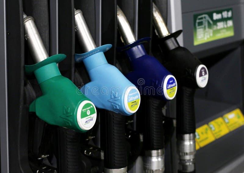 Benzinepomp bij het benzinestation stock foto