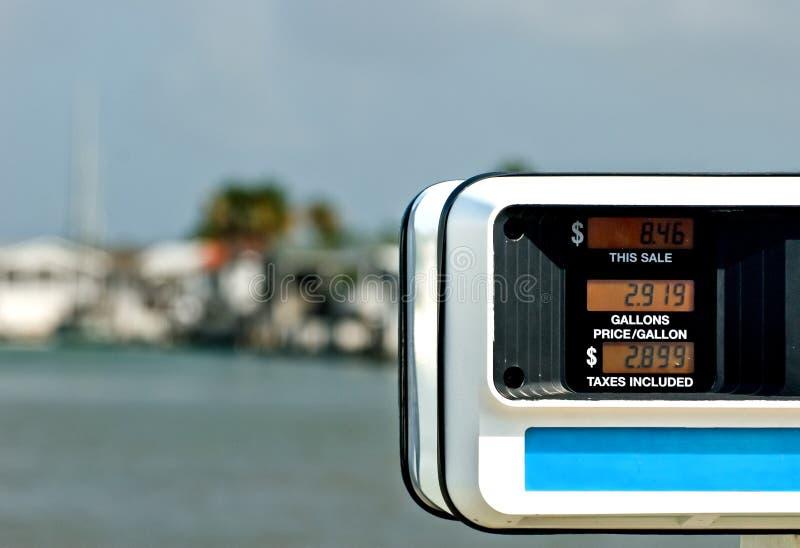 Benzinepomp dichtbij water royalty-vrije stock afbeelding