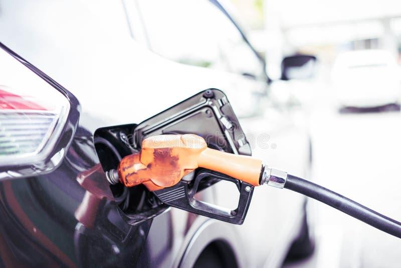 Benzinepompen in benzinestation stock afbeelding