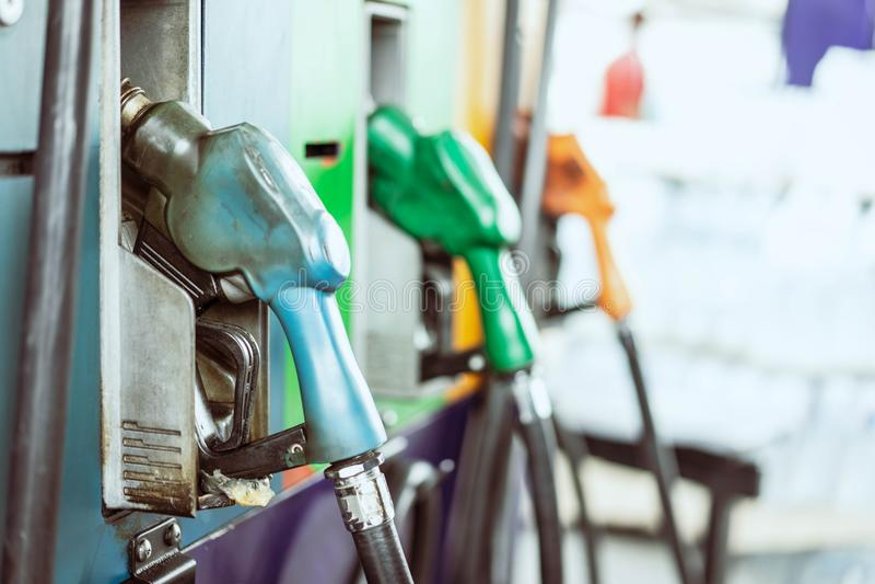 Benzinepompen in benzinestation stock afbeeldingen