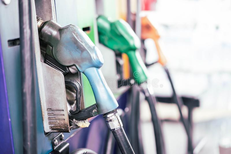 Benzinepompen in benzinestation stock foto's