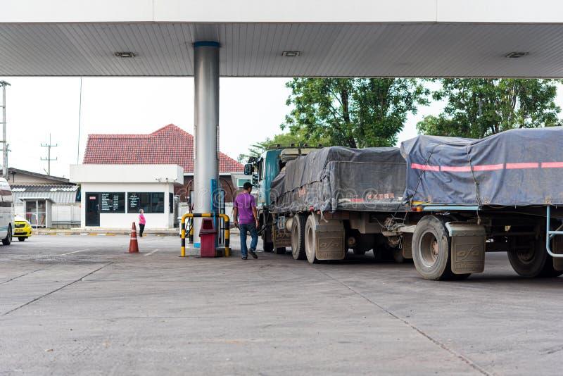 Benzinepost of Benzinestation en Aanhangwagenvrachtwagen royalty-vrije stock foto