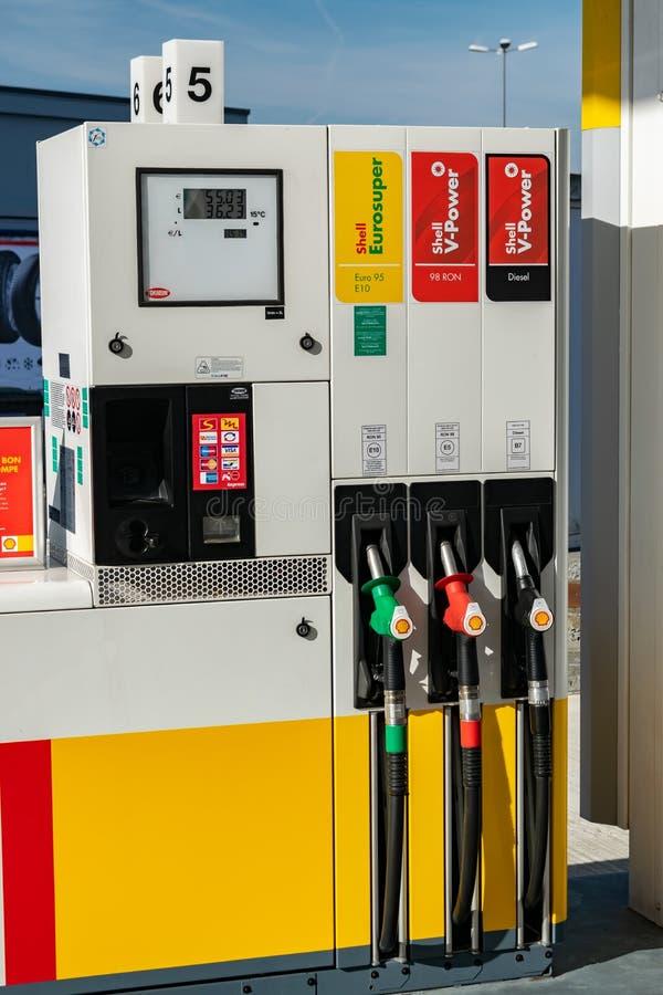 Benzinepost Shell en verdelers voor het vullen van brandstof stock afbeelding
