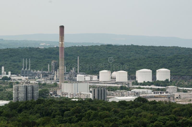 Benzineraffinaderij dichtbij Omisalj in Kroatië in donker weer stock foto's