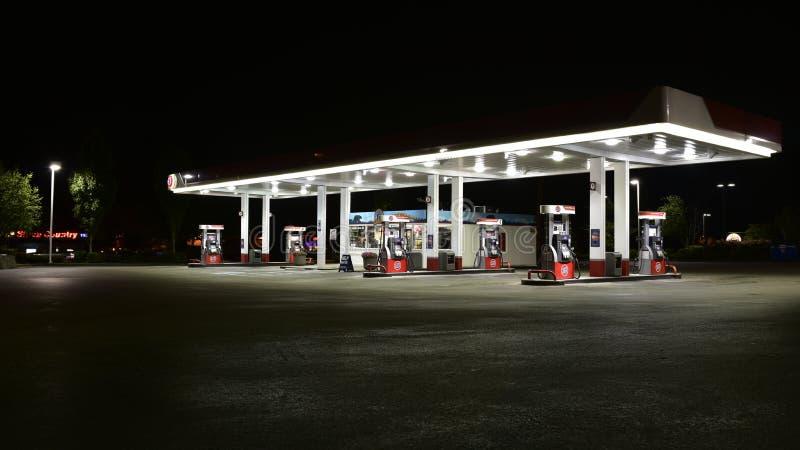 Benzinestation bij nacht royalty-vrije stock afbeeldingen