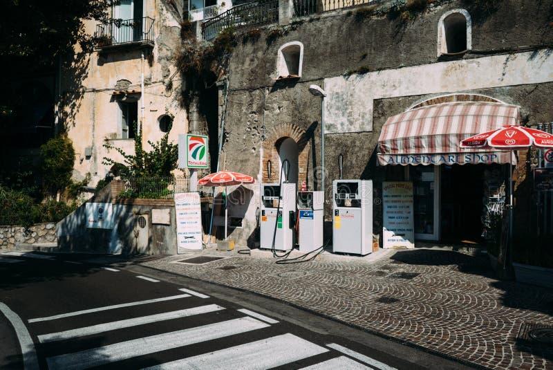 Benzinestation Italiaanse bijtankende brandstof royalty-vrije stock afbeeldingen