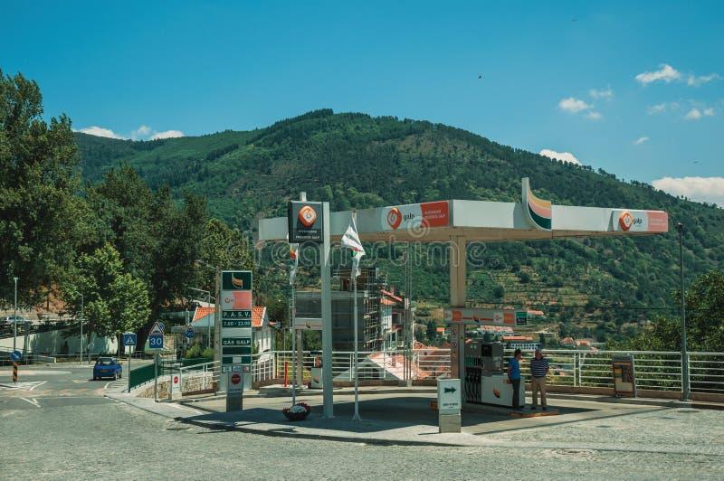 Benzinestation op straat en heuvelig landschap royalty-vrije stock afbeeldingen