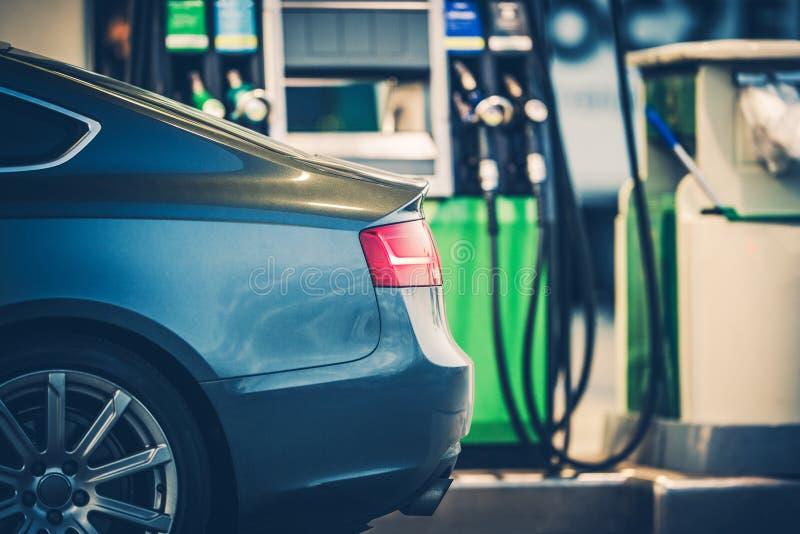 Benzinestationauto het Bijtanken stock afbeeldingen