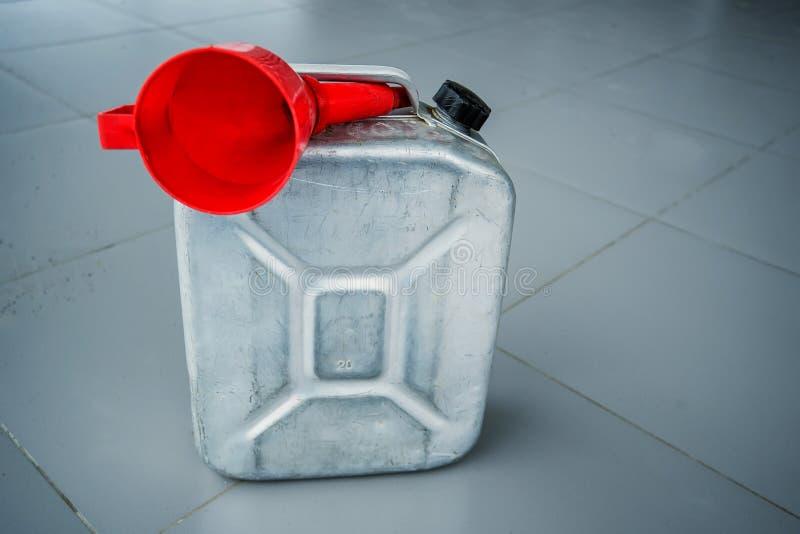 Benzyna kanister z czerwień lejem obrazy stock