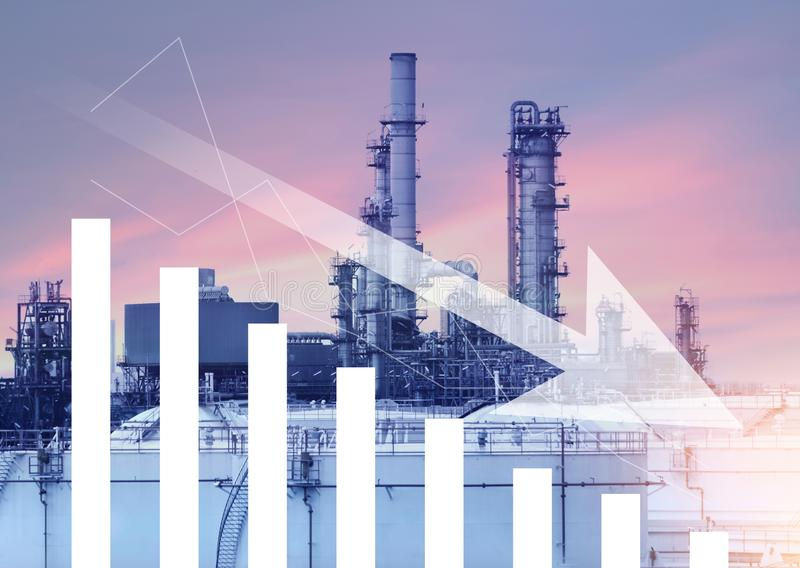 Benzyna, olej, ponaftowy spadek cen, puszek i ubywanie z, illustartion rafineria ropy naftowej i wykresem obraz stock