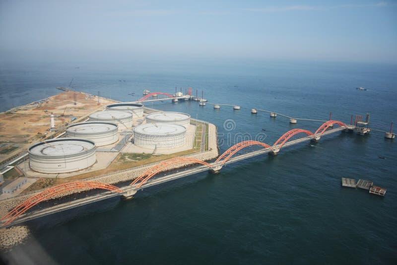 Benzyna portowy i energetyczny magazyn morzem fotografia royalty free