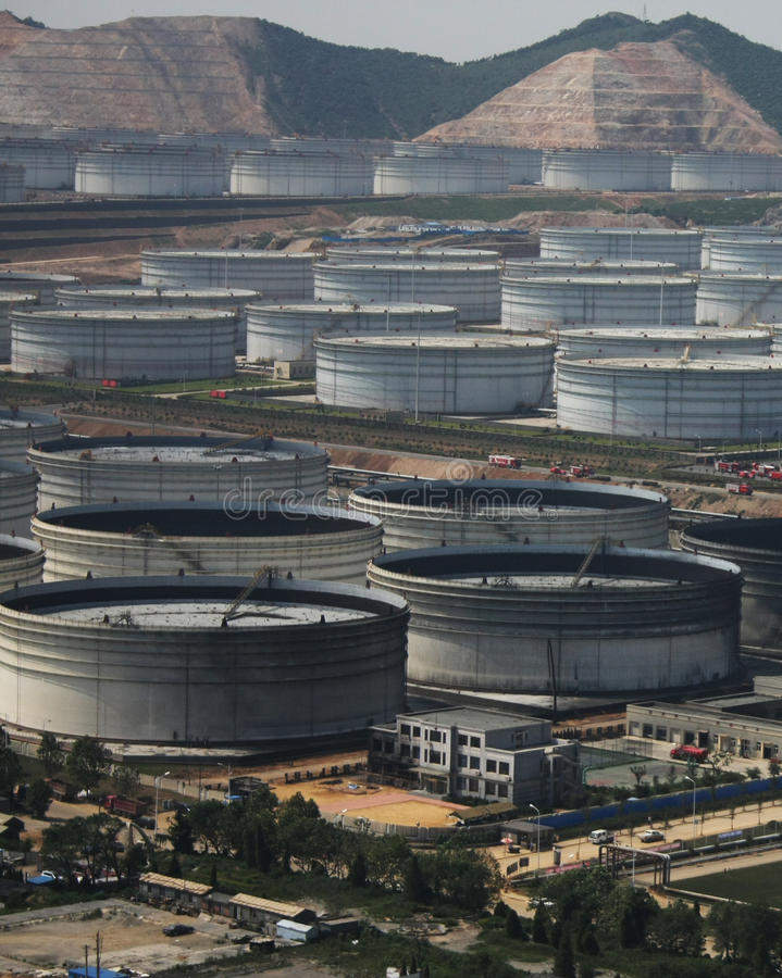 Benzyna portowy i energetyczny magazyn morzem zdjęcia stock