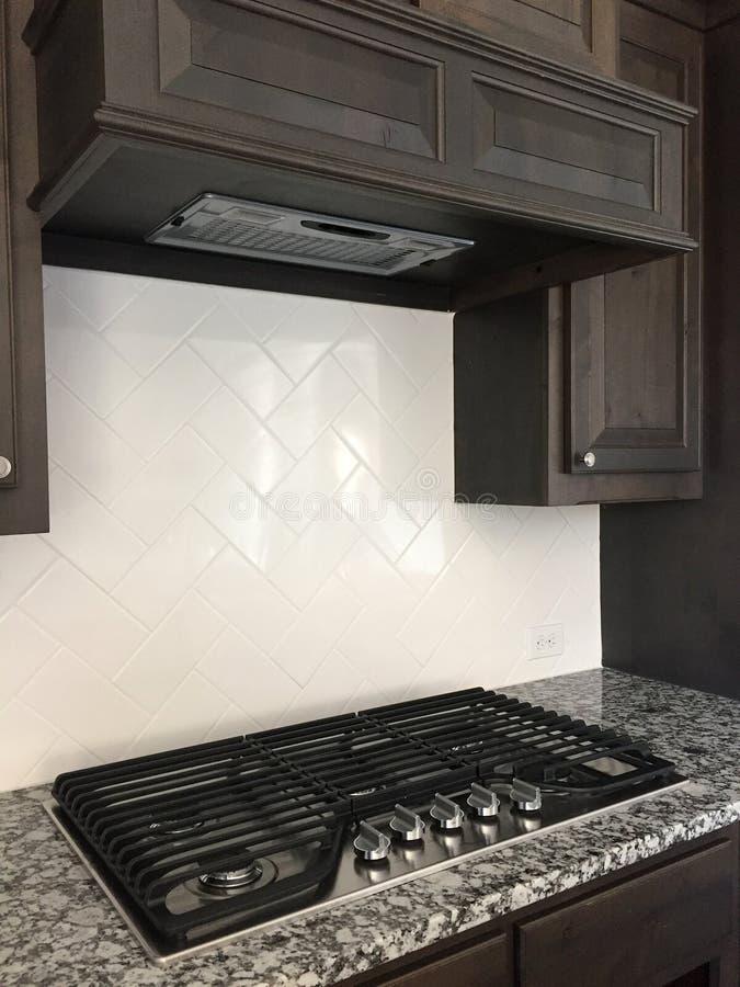 Benzynowa kuchenka w ładnej nowożytnej kuchni zdjęcia stock