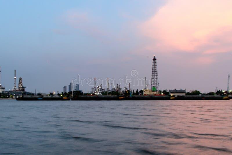 Benzynowa rafineria obok dużej rzeki w Bangkok fotografia stock