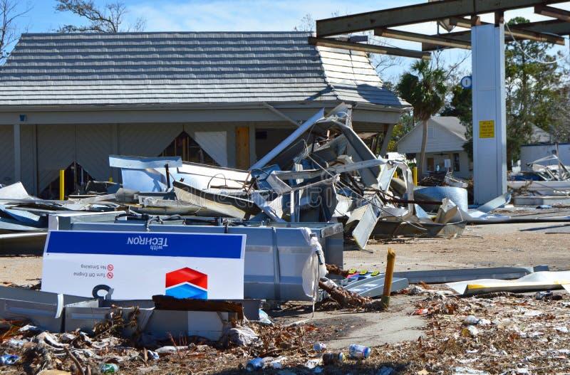 Benzynowa stacja niszcząca huraganem zdjęcia royalty free