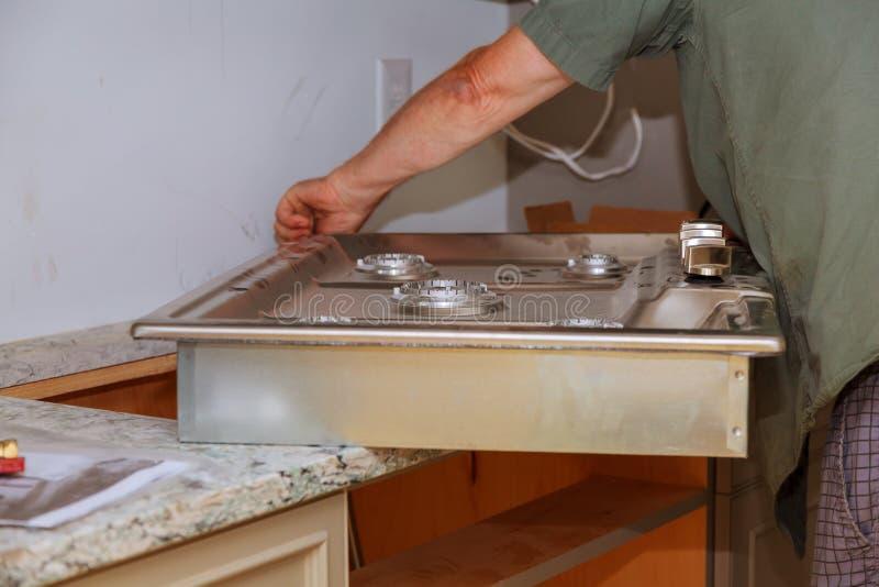 Benzynowej kuchenki Benzynowego urządzenia naprawy nowego domu benzynowej kuchenki Instalacyjny zakończenie up zdjęcie stock