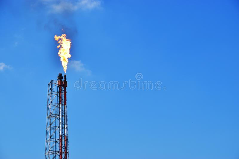 Benzynowej produkcji Ponaftowy rurociąg z niebieskim niebem zdjęcie stock
