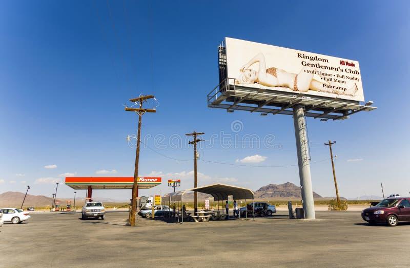 Benzynowej staci, bajzlu i baru królestwa klub przy stan trasą 160, zdjęcia stock